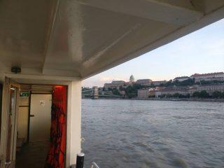 just cruisin... #momentsinbudapest #chainbridgebudapest #budacastle #budapest #danuberiver #msneptun #portumlines #hajoznijo #budaivar #lanchid #neptunhajo