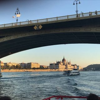Vegul Budapestet elerve zartunk egy csodas napot / Reaching Budapest as a close of a magnificent day. Koszonjuk / Thank you #uniqueexcursionsbybear #flyingbisonbrewingcompany  #hajoznijo #portumlines #momentsinbudapest #danube #boatslife #boatsofbudapest #hungarianparliament #msfanny #fannyhajó