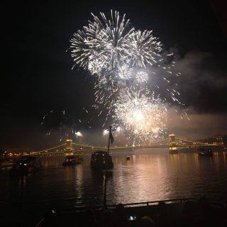 snapshot / pillanatkep #portumlines #hajoznijo #momentsinbudapest #fireworkshow #fireworks💥